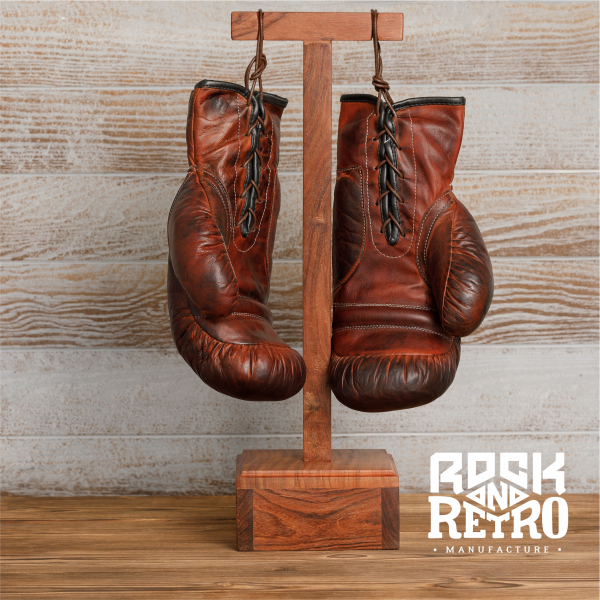 Боксерские перчатки из темно-коричневой кожи на подставке