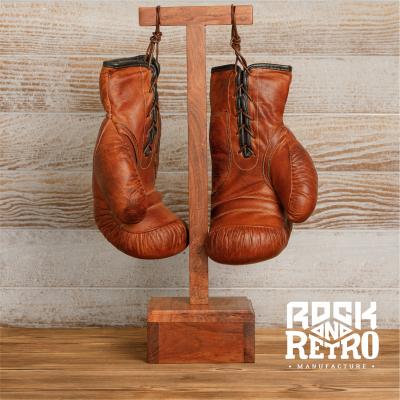 Боксерские перчатки из светло-коричневой кожи на подставке