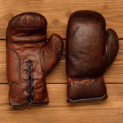 Боксерские перчатки из темно-коричневой кожи