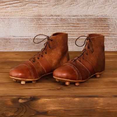 Футбольные бутсы из светло- коричневой кожи